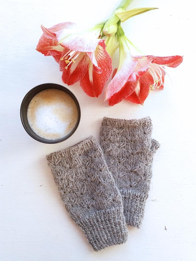 daisy mittens grey